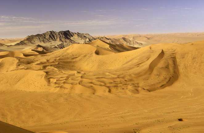 La mer de dunes à Sossusvlei dans le désert du Namib