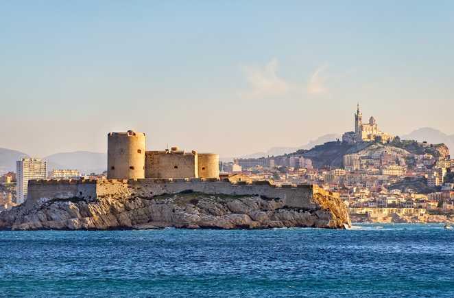 Le chateau d'If et la Bonne Mère veillent sur Marseille