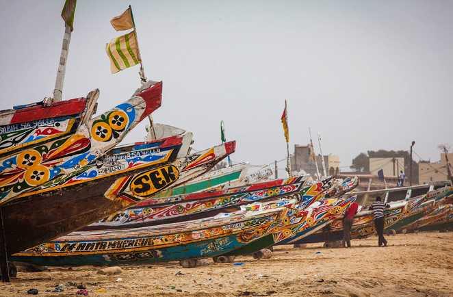 Les pirogues colorées sur la plage de Kayar au Sénégal