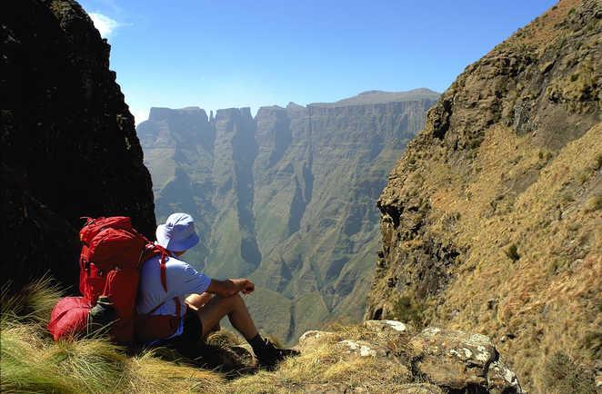 Marcheur dans les montagnes du Drakensberg en Afrique du Sud