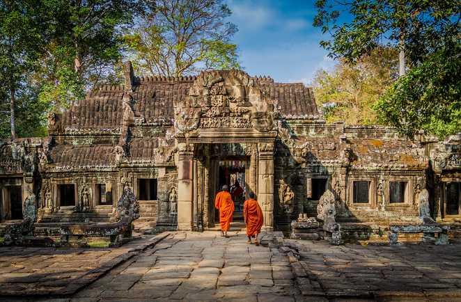 Moines dans un temple d'Angkor
