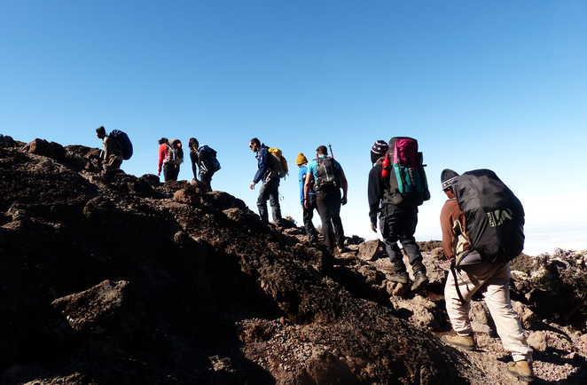 Montée dans le sésert volcanique basaltique durant l'ascension du Kili