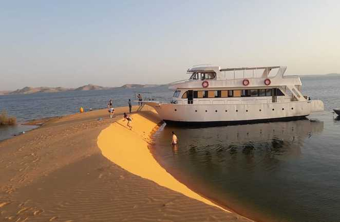 Notre bateau accoste sur la dune, Lac Nasser, Egypte