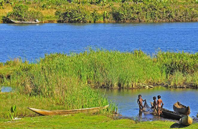 Paysage de rivière et scène de vie des Hautes Terres de Mada