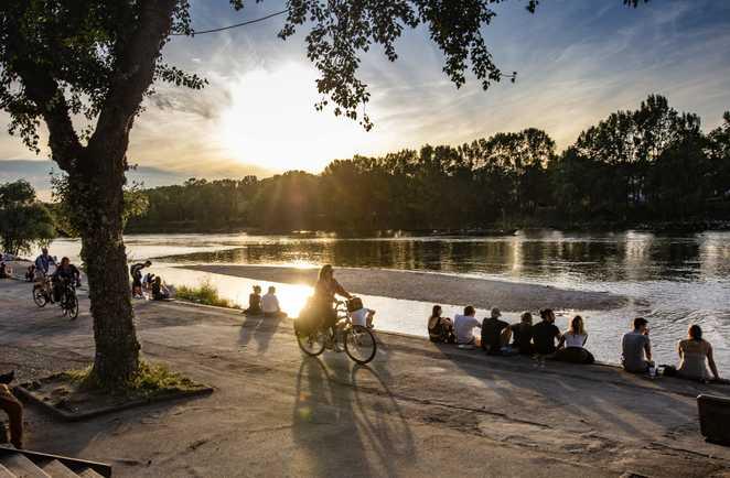Personnes sur les bords de Loire à Tours