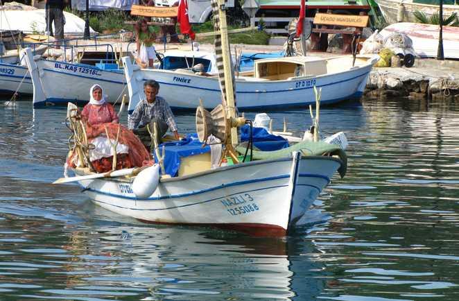 Petit bateau de pêche dans un port en Turquie