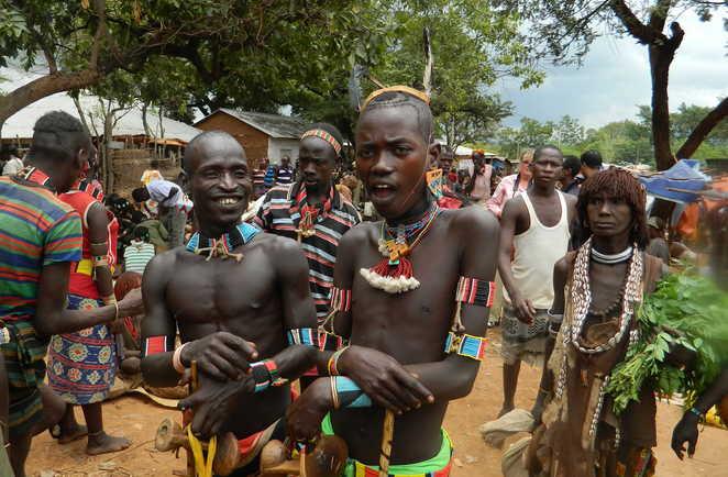Population locale dans un marché coloré dans le sud de l'Ethiopie