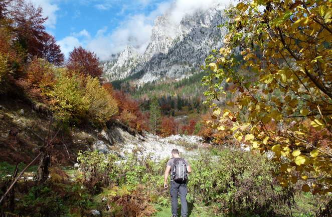 Randonneurs dans la vallée de Valbona en Albanie