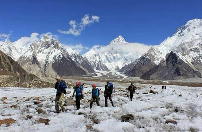 Randonneurs sur le glacier du Baltoro