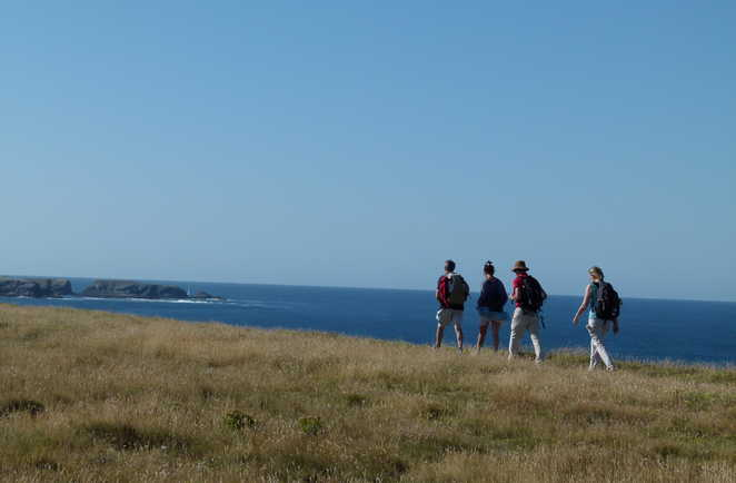 randonneurs sur les hauteurs de belle île