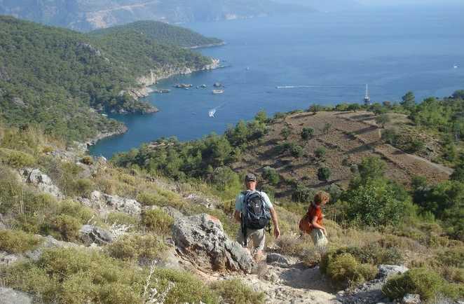 Randonneurs sur les hauteurs de la côte lycienne en Turquie
