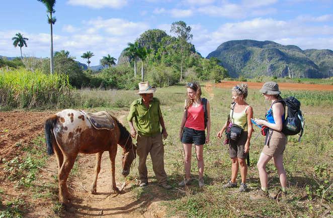 Rencontre avec un groupe de randonneurs et un paysan dans la vallée de Vinalès à Cuba
