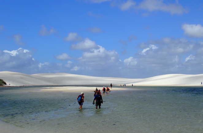 Traversée d'une lagune du désert des Lençóis Maranhenses