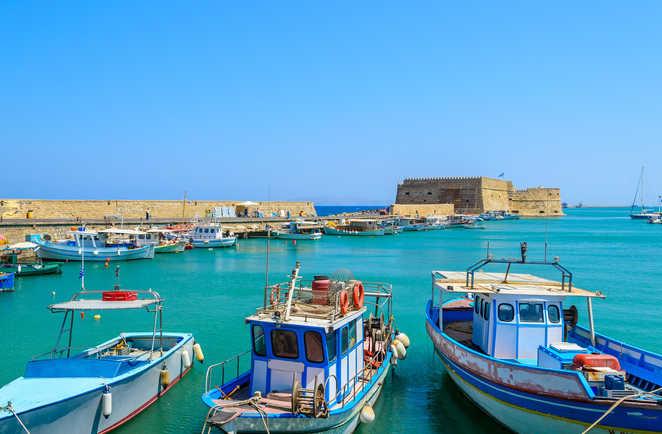 Bateaux dans le vieux port Héraklion en Crète