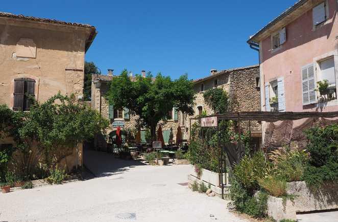 Village d'Oppede le Vieux lors d'une randonnée dans le Luberon