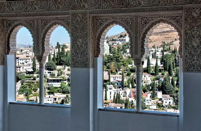 Ville de Grenade par les fenêtres maures de l'Alhambra