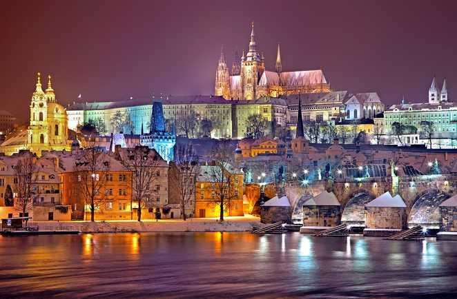 Ville de Prague sous la neige de nuit