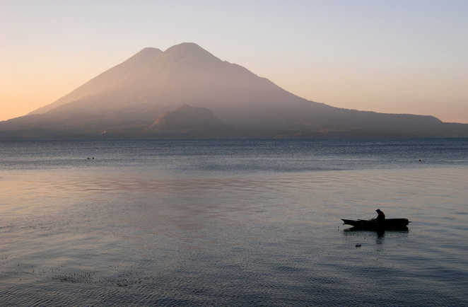 Volcan Toliman et pêcheur sur le lac Atitlán depuis Panajachel