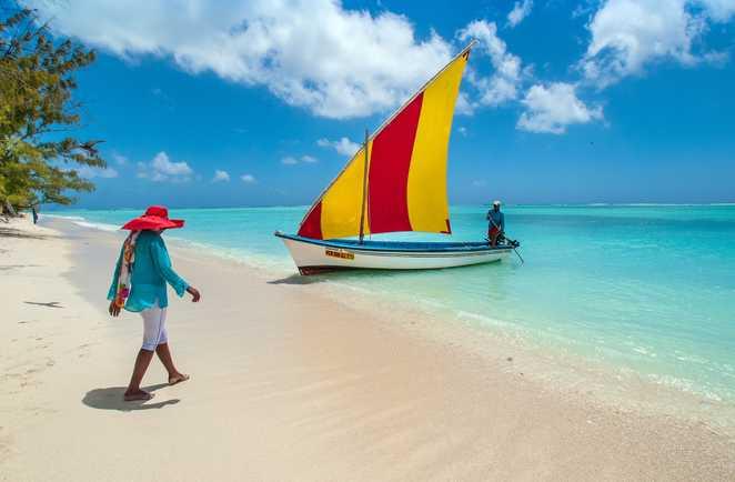 Voyageuse marchant sur une plage de Rodrigues