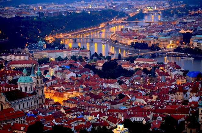 Vue de Prague de nuit