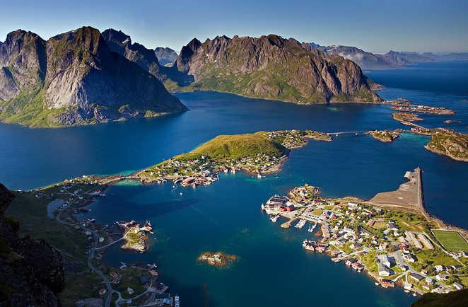 Vue du ciel d'un village norvégien entouré de lac