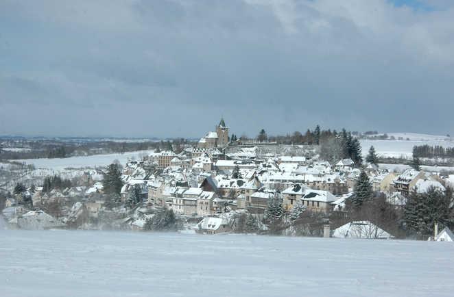 Vue enneigée d'un village en Aubrac, France