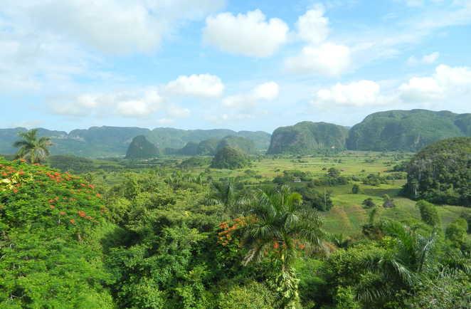 Vue panoramique sur la vallée de Vinalès à Cuba