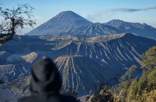 Vue panoramique sur les volcans Bromo, Batok ainsi que le Semeru