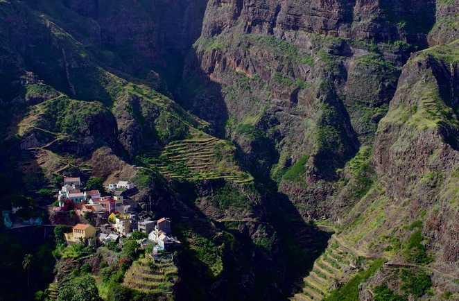 Vue plongeante sur le petit village de Fontainhas et ses terrasses