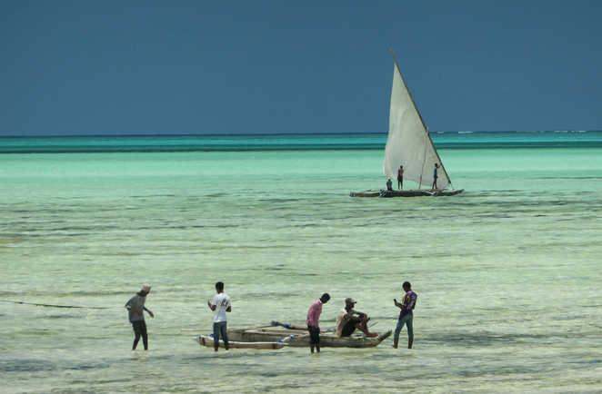 Zanzibarites avec leurs boutres pour la pêche dans le lagon