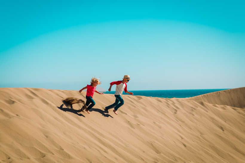 Enfants dans les dunes de sable aux Canaries
