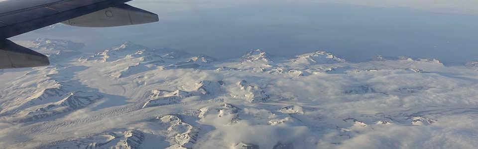 Vol au-dessus du Svalbard de nuit