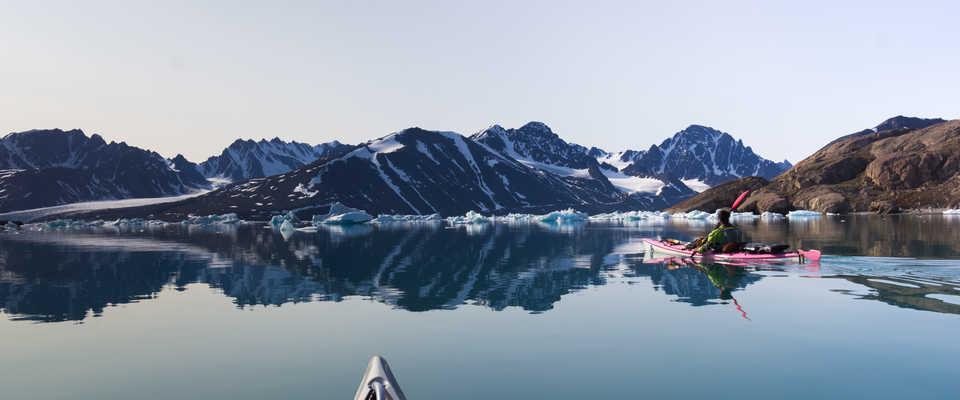 Kayak de mer parmi les icebergs, Arctique, Svalbard
